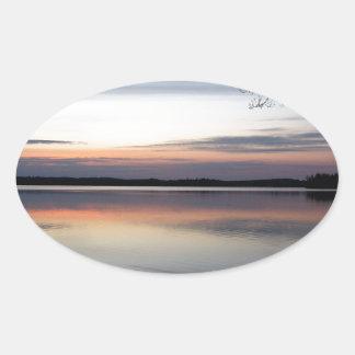 Adesivo Oval As nuvens cor-de-rosa refletem no lago júnior no