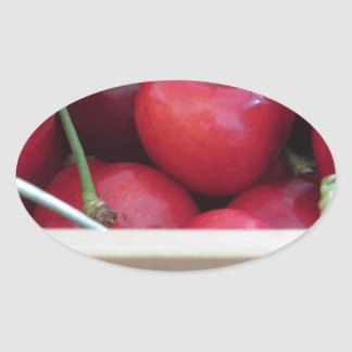 Adesivo Oval Beira de cerejas frescas no fundo de madeira