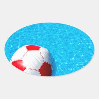Adesivo Oval Bola de praia que flutua na água na piscina