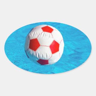 Adesivo Oval Bola de praia que flutua na piscina azul