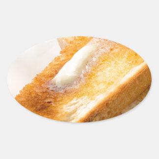 Adesivo Oval Brinde quente com manteiga em um fim-acima branco