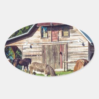 Adesivo Oval Cena bonita da fazenda com cavalos e celeiro