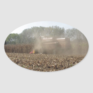 Adesivo Oval Colheita do milho da colheita mecanizada no campo