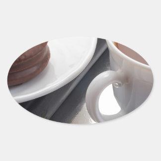 Adesivo Oval Copo branco com cacau e o biscoito com cobertura