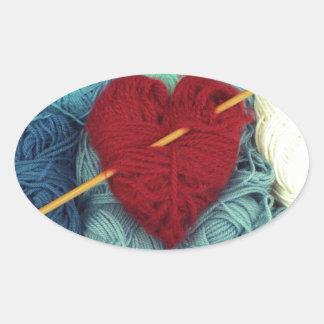Adesivo Oval coração bonito de lãs com a fotografia da agulha