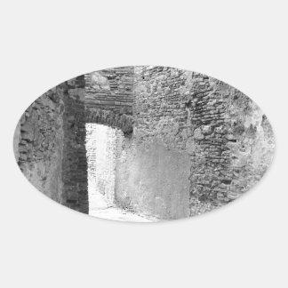 Adesivo Oval Corredores escuros de uma estrutura velha do