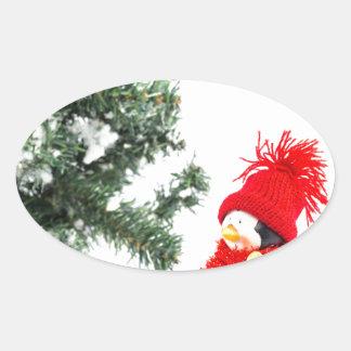 Adesivo Oval Estatueta do pinguim com esquis e árvore de Natal