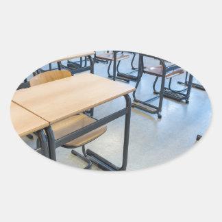 Adesivo Oval Fileiras das mesas e das cadeiras na sala de aula
