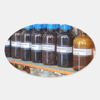 Adesivo Oval Fileiras dos produtos químicos fluidos em umas