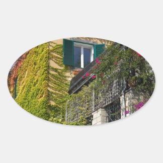 Adesivo Oval Folhas coloridas na casa
