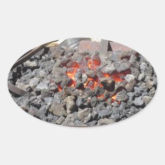 Adesivo Oval Fornalha antiquado do ferreiro. Carvões ardentes