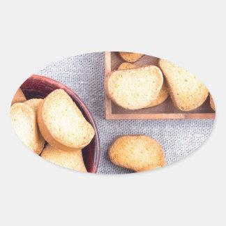 Adesivo Oval Ideia superior das partes de pão secado