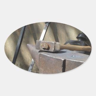 Adesivo Oval Martelo do ferreiro que descansa no batente