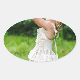 Adesivo Oval Menina que trava um Butterly