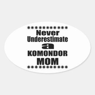 Adesivo Oval Nunca subestime a mamã de KOMONDOR
