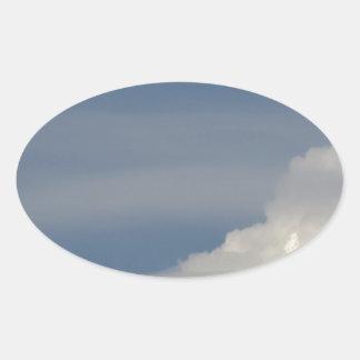 Adesivo Oval Nuvens brancas macias contra o fundo do céu azul
