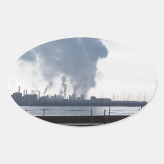 Adesivo Oval Paisagem industrial ao longo da costa