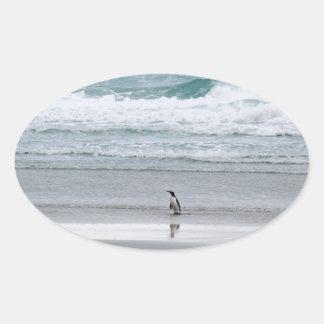 Adesivo Oval Pinguim que retorna do oceano