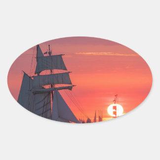 Adesivo Oval Windjammer no por do sol no mar Báltico