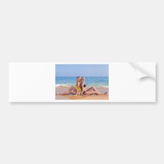 Adesivo Para Carro Duas meninas sentam-se na praia perto de sea.JPG