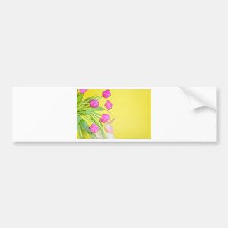 Adesivo Para Carro Vista às tulipas coloridos sobre o papel amarelo