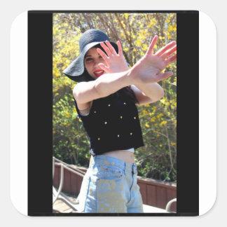 Adesivo Quadrado A menina coloca saltos as mãos modelo do vermelho