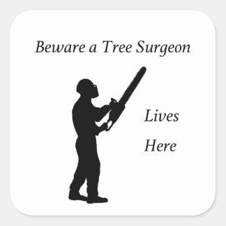 Adesivo Quadrado Arborist do cirurgião de árvore na serra de cadeia