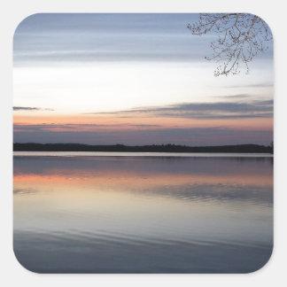 Adesivo Quadrado As nuvens cor-de-rosa refletem no lago júnior no