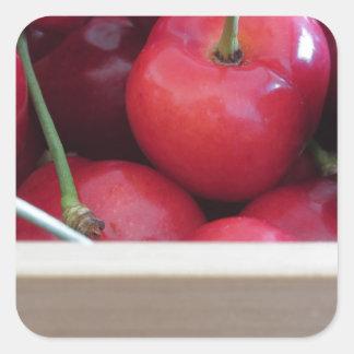 Adesivo Quadrado Beira de cerejas frescas no fundo de madeira