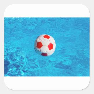 Adesivo Quadrado Bola de praia que flutua na piscina azul