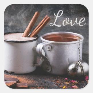 Adesivo Quadrado Copo rústico do chá e do chocolate quente no amor