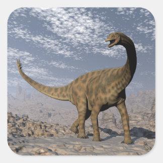 Adesivo Quadrado Dinossauro de Spinophorosaurus que anda no deserto