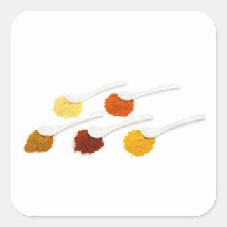 Adesivo Quadrado Diversos especiarias do tempero em colheres da