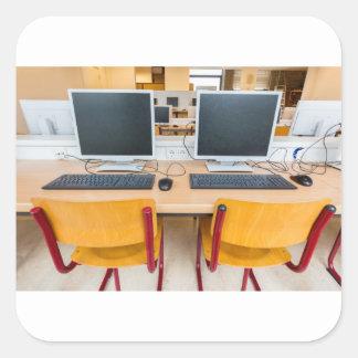 Adesivo Quadrado Dois computadores na sala de aula no segundo grau