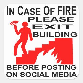Adesivo Quadrado Em caso do fogo retire por favor a construção