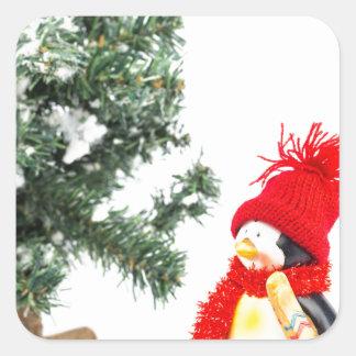 Adesivo Quadrado Estatueta do pinguim com esquis e árvore de Natal