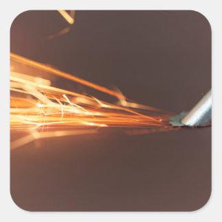 Adesivo Quadrado Ferramenta de aço em um moedor com faíscas