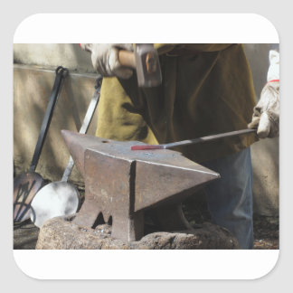 Adesivo Quadrado Ferreiro que forja manualmente o metal derretido