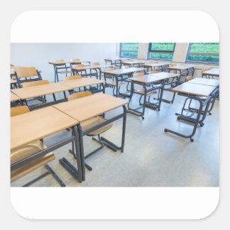 Adesivo Quadrado Fileiras das mesas e das cadeiras na sala de aula