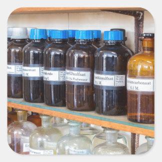 Adesivo Quadrado Fileiras dos produtos químicos fluidos em umas