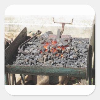Adesivo Quadrado Fornalha antiquado do ferreiro. Carvões ardentes