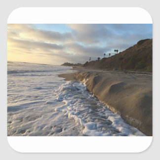 Adesivo Quadrado Fotografia das ondas que batem a areia