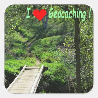 Adesivo Quadrado Geocaching: Ponte de madeira e trajeto na floresta