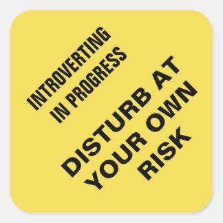 Adesivo Quadrado Introverting em andamento: Perturbe a seu próprio