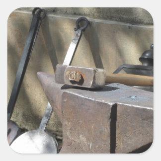 Adesivo Quadrado Martelo do ferreiro que descansa no batente