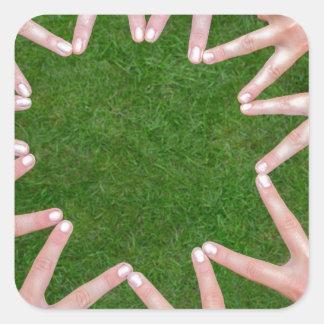 Adesivo Quadrado Muitos braços das crianças com as mãos que fazem a