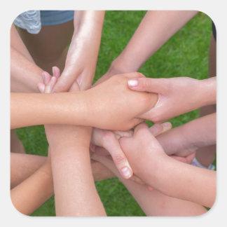 Adesivo Quadrado Muitos braços das crianças que mantêm as mãos