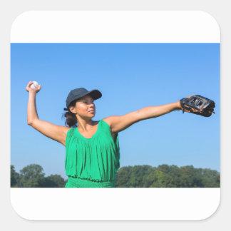 Adesivo Quadrado Mulher com da luva e do boné basebol de jogo fora
