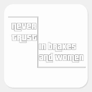 Adesivo Quadrado Nunca confie nos freios e nas mulheres