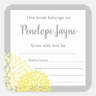 Adesivo Quadrado O Bookplate floral amarelo, traz um chá de fraldas